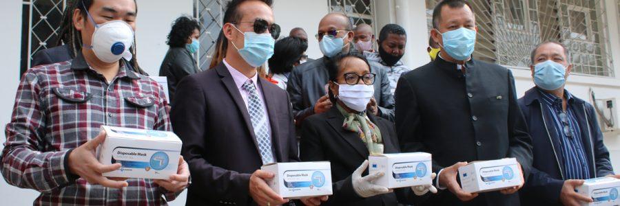 Remise de don par les entrepreneurs chinois à Madagascar